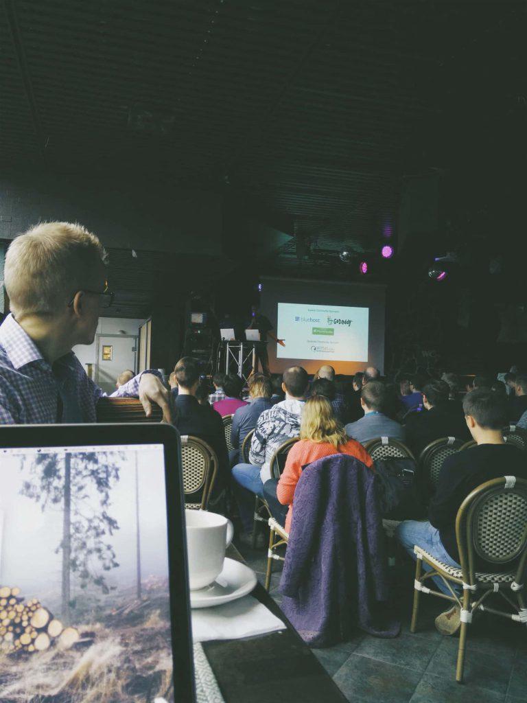 Daniel Koskinen avaa WordCampin puheenvuorollaan.